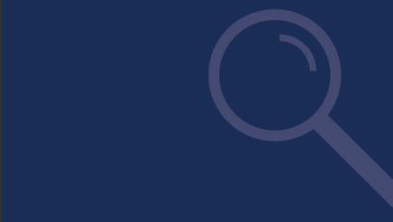Beispiel einer Schmuck- oder Hintergrundgrafik. Dunkelblauer Hintergrund mit leicht hellerem Icon einer Lupe am rechten Rand.